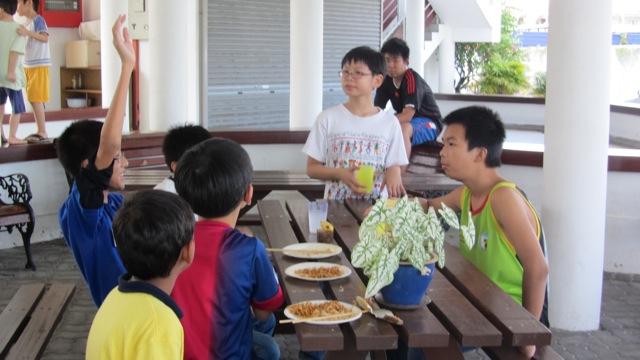 40-partager-le-repas-avec-eux